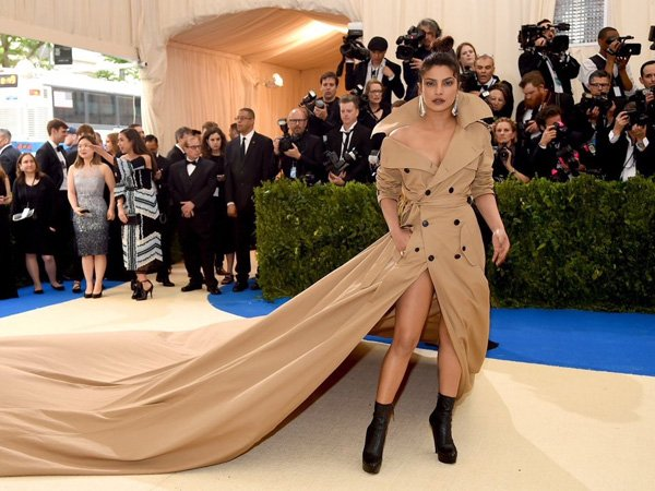 Priyanka Walks The Red Carpet At Met Gala Awards 2017; Floors People With Her Ralph Lauren Outfit