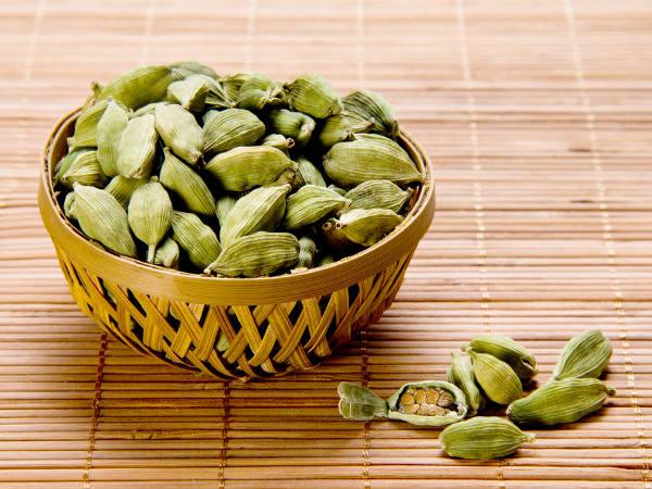 యాలకుల గురించి తెలియని మైండ్ బ్లోయింగ్ నిజాలు   benefits of cardamom  elaichi - Telugu BoldSky
