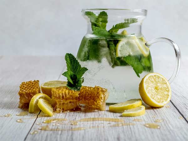 Here Are 7 Amazing Health Benefits of Honey And Lemon Water
