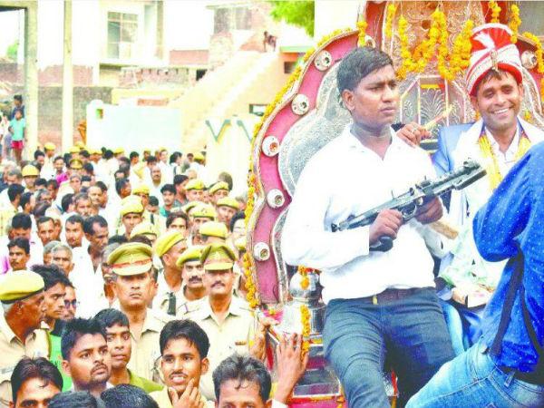 వీడు మగాడ్రా బుజ్జీ : అగ్రకులాలపై పోరాడి  బారాత్ చేసుకున్న దళితుడు, వందలాది మంది పోలీసుల సంరక్షణ