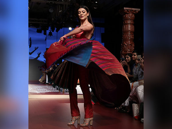 When Sari Meets Power Suit, Sushmita Sens LFW 2018 Attire Is A Refreshing Fusion Wear