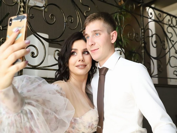 OMG : Influencer Marries Her 20-Year-Old Stepson After Splitting From His Dad