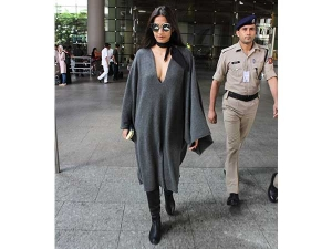 Really Sonam Kapoor Forgot Wear Pants At The Airport