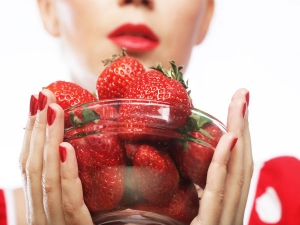 This Is What Happens When You Apply Strawberry On Skin