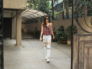 Kriti Sanon Spotted At Bblunt Juhu In Casuals