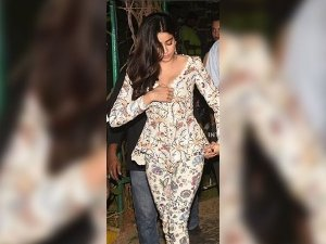 Jhanvi Kapoor Wardrobe Malfunction At The Lakme Fashion Week