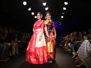 Hema Malini Esha Deol Showstoppers At Lfw