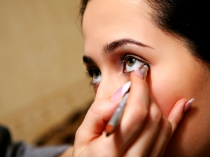How To Make Your Own Eyeliner At Home