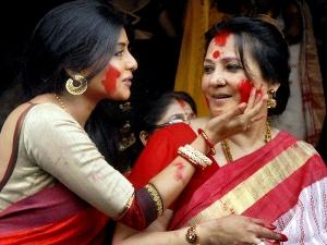 Durga Puja 2019 Significance Of Sindoor Khela During Vijaydashami